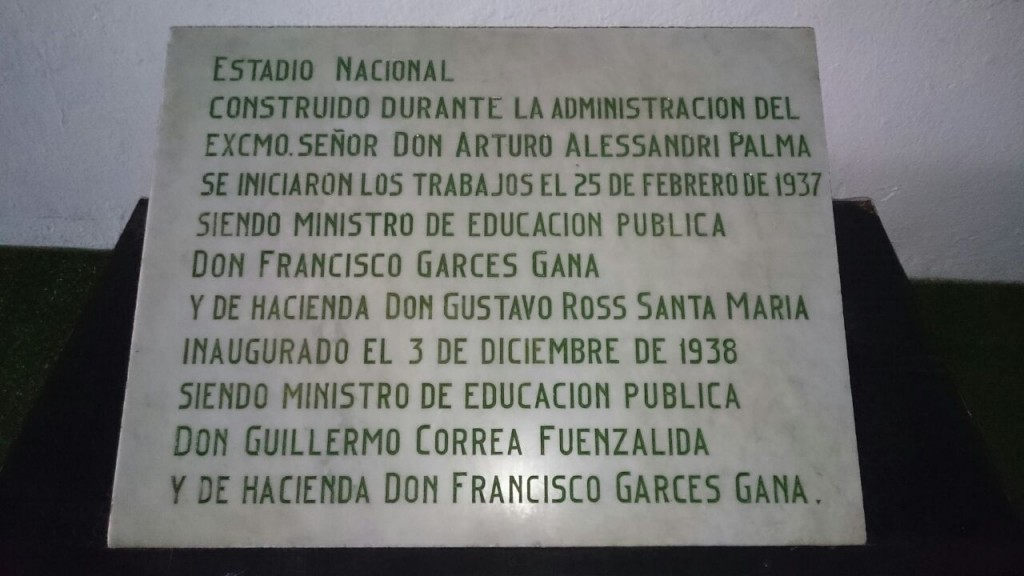 Placa inaugural Estadio Nacional.